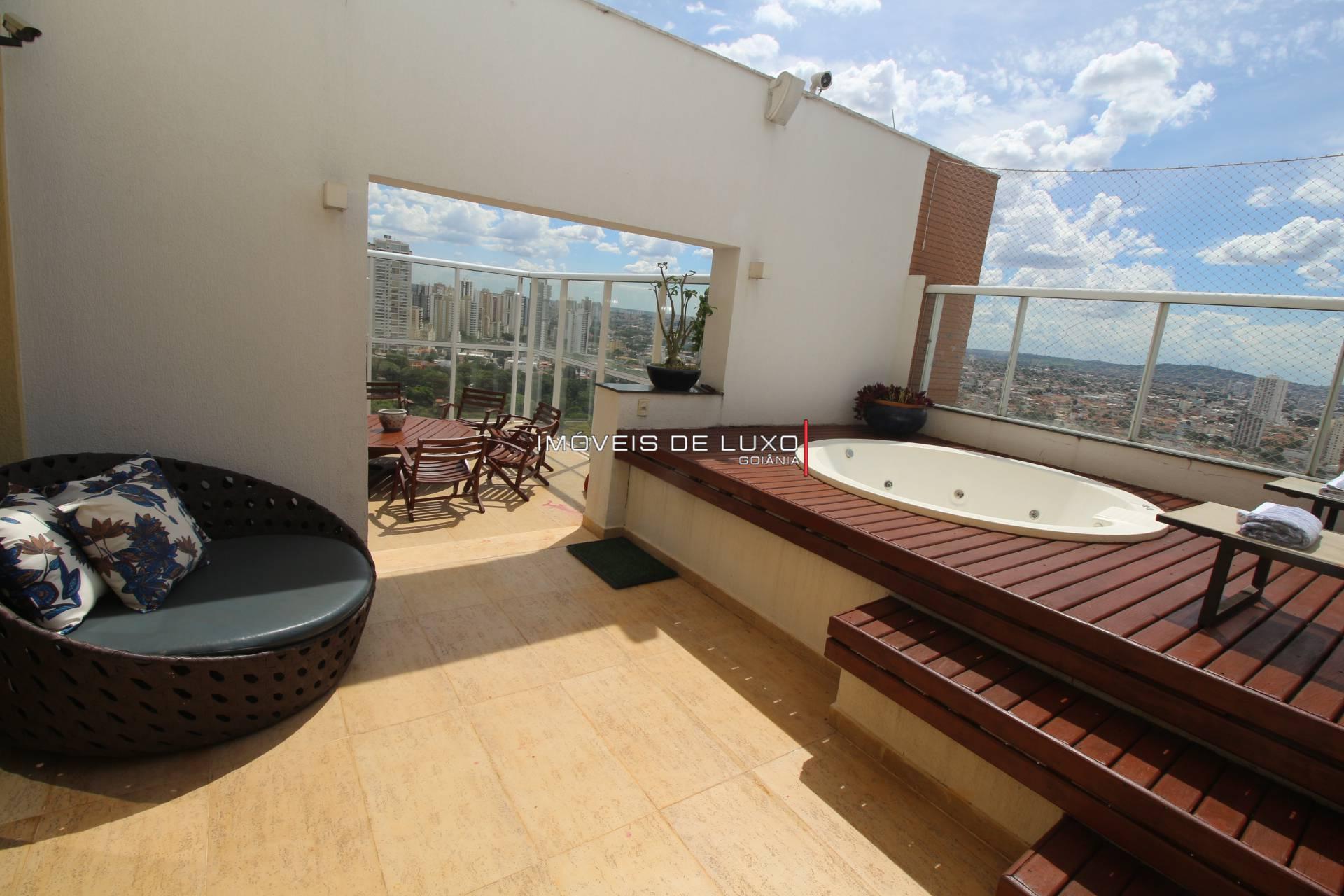 Imóveis de Luxo - Cobertura decorada em frente ao Lago das Rosas