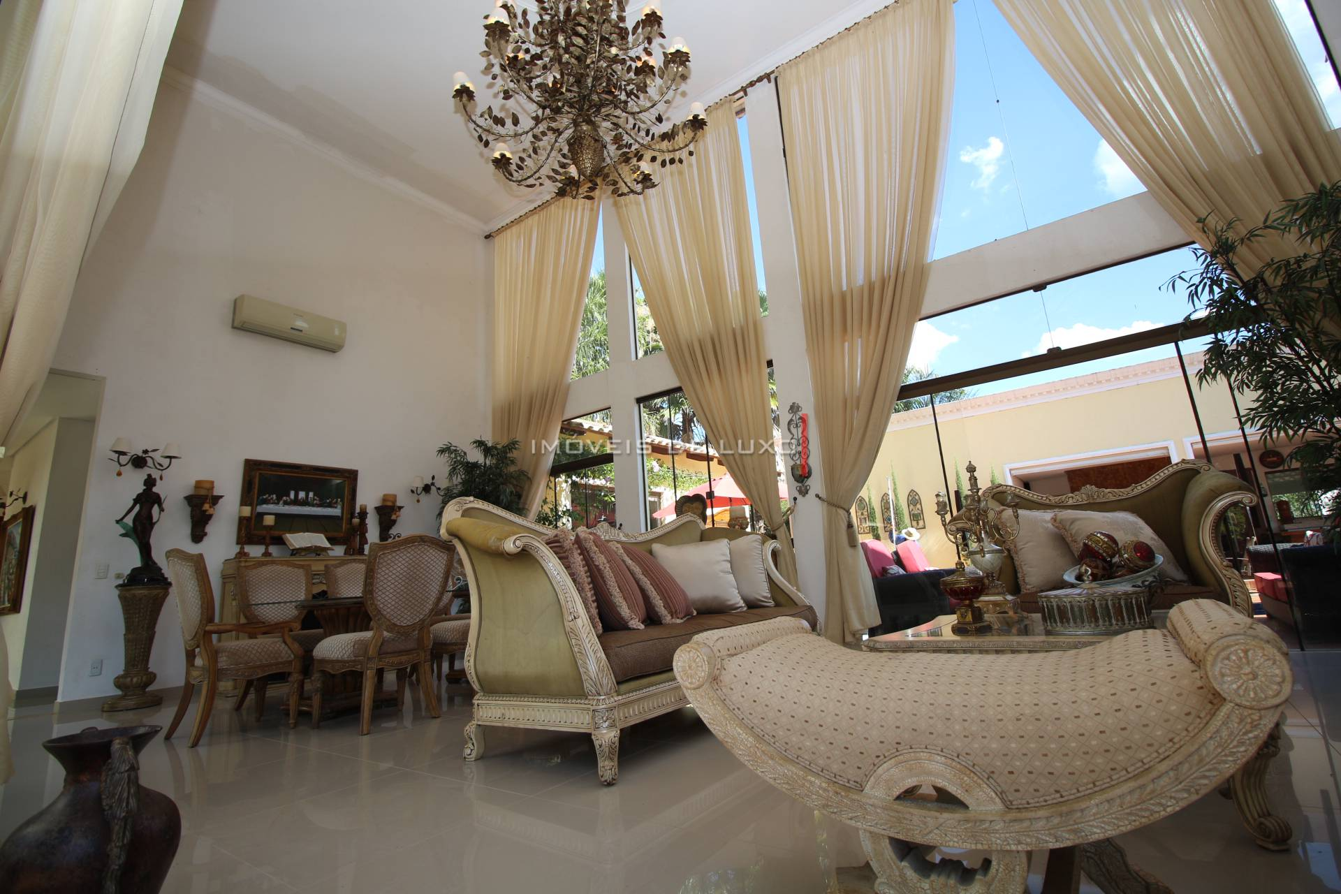 Imóveis de Luxo - Linda casa térrea no Aldeia do Vale.